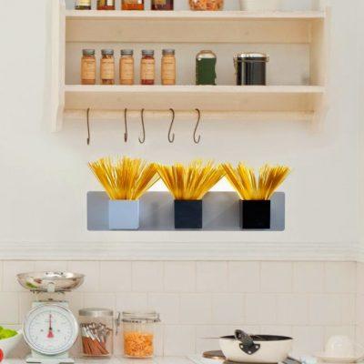 Magnetické květináče jsou umístěny na magnetické podložce v kuchyni