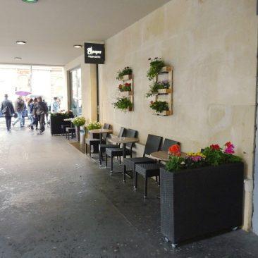 Rozkvetlá fasáda a interiér, Bistro OPAPA Revoluční