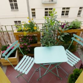 Rozkvetlý balkón s paletami, Praha 2
